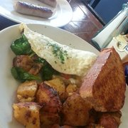 Bintliff's American Cafe - Omelette with broccoli, spinach, tomatoes, and cheddar cheese; honey wheat toast and home fries came with. - Portland, ME, Vereinigte Staaten