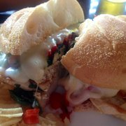 Brittany Cafe - Grilled chicken sandwich served with chips. - Atlantic City, NJ, Vereinigte Staaten