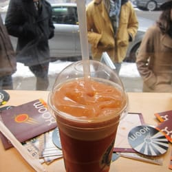 """XOOM - New York, NY, États-Unis. Yo La Mango.  As another said about the people outside, """"they're eying your drink"""""""