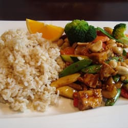 Dragon's Pond - Kung Pao Tofu with brown rice (broccoli and carrots were added by my dining companion) - Walnut Creek, CA, Vereinigte Staaten