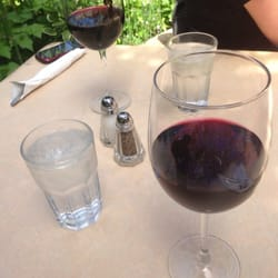 Bistro Beaujolais - A glass of Cab and Merlot on the patio. - Carmel, CA, Vereinigte Staaten