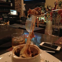 The Chop House - Asheville, NC, États-Unis. Broiled cheese on top of the French onion soup.