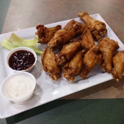 Kingston Yards Grill - Kingston, NY, États-Unis. Buffalo wings (dry wings with Memphis BBQ sauce on the side)