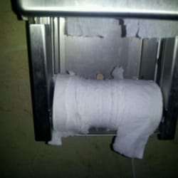 Royal Bar & Patio - People are so stupid here they can't figure out a toilet paper roll . Love the place, love the staff, hate the patrons. - Seattle, WA, Vereinigte Staaten