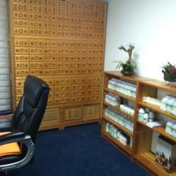 Jade Acupuncture Clinic - Tustin, CA, États-Unis. Medicine cabinet in the reception area