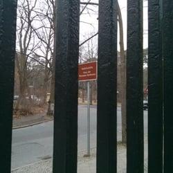 Blick durch das Tor zum Hinweisschild