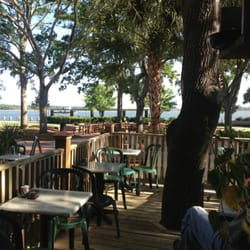 Luther's - Back patio overlooking the intracoastal waterway. Can you see the tugboat? - Beaufort, SC, Vereinigte Staaten