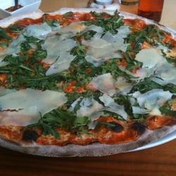 Knusprige Pizza aus dem Steinofen