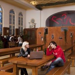 Lounge mit gemütlichen Holzmöbeln und…