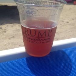 Trump International Beach Resort - Sunny Isles Beach, FL, États-Unis. Funky Buddha hopgun IPA at the beach
