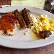 Wild Goats Cafe - Kent, OH, États-Unis. Jalapeño sausage is the bomb, cheesy grits are very good.
