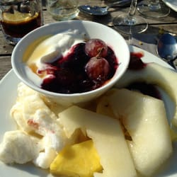 Les desserts du buffet: Fruits, tartes,…