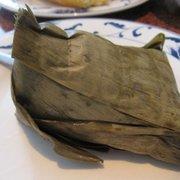In einem Palmenblatt gewickelter brauner…