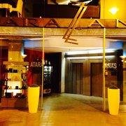 L'entrata dell'hotel di sera...…