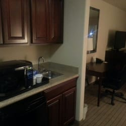 Holiday Inn Hotel Yuma - Little kitchen area with frig, sink, microwave, coffee maker and lots of cabinets - Yuma, AZ, Vereinigte Staaten