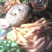 Betty's Bar - Lyon, France. Le frenchy : bleu, bacon, oignons fondus, tomates, salade et sauce à la crème et à la ciboulette :-)