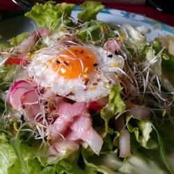 Salat mit Wachtelei und Shrimps