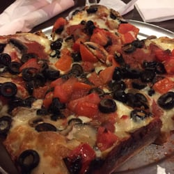 The Gathering Place - Troy, MI, États-Unis. Whoa. Deep dish pizza... A small!