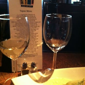 Soho Food and Jazz - Addison, TX, États-Unis. Wine and hummus with a shot of their tapas menu