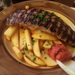 Bifteki mit Pommes. Salat gibt es keinen…