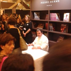 Paris Expo - Paris, France. Pierre Hermé, en séance de dédicace au Salon du chocolat.