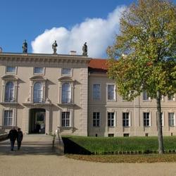 Die Stadtseite des Schlosses, Eingang…