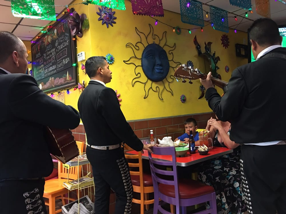 Beaumont (CA) United States  city photos : Tacos & Beer Beaumont, CA, United States. Mariachi band singing at a ...