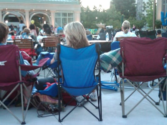 Courthouse Square - People bring their own lounge chairs - Redwood City, CA, Vereinigte Staaten