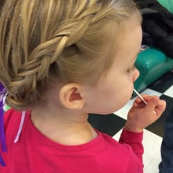 Snip-Its Haircuts For Kids - Chestnut Hill, MA, États-Unis. Looking just like Elsa after her first haircut. No tears!