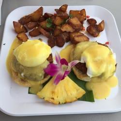 Barefoot Beach Cafe - Eggs Benedict with crab cake, side of potatoes - Honolulu, HI, Vereinigte Staaten