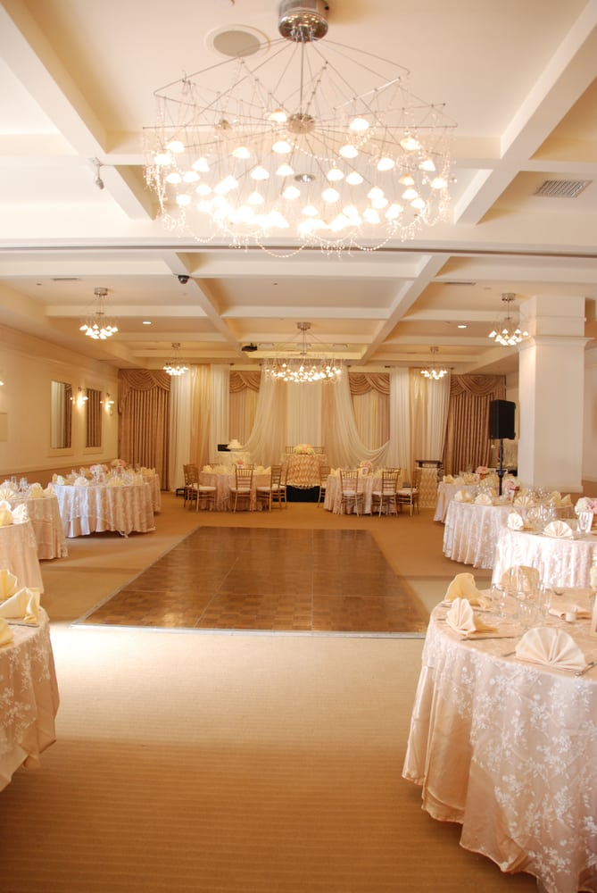 Rectangular shaped banquet room w sweetheart table on for Table dance near me