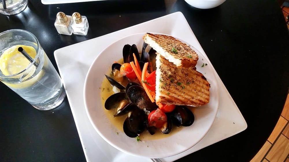 Mussels In Saffron And White Wine Broth Recipe — Dishmaps