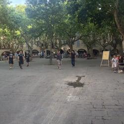 Der große Marktplatz mit einer Menge…
