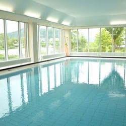 Großes Schwimmbad mit Blick auf den…