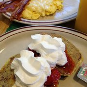 Newcomb Farms Family Restaurant - Sunday brunch wit the gurlz. Banananut bread french toast, scrambled eggs, bacon (perfection), & OJ! De-lish! Very satisfying!!! - Milton, MA, Vereinigte Staaten