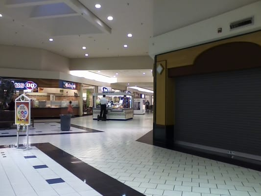 Dover Mall - A corridor in the Dover Mall, replete with empty storefronts. - Dover, DE, Vereinigte Staaten