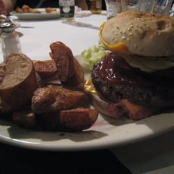 Donovan's Pub - Cheeseburger with fries - Woodside, NY, Vereinigte Staaten