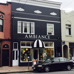 Ambiance - San Francisco, CA, États-Unis. Love their new spot! They painted the whole building black! Super cute with their signature black & white awning!