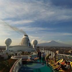 Blick von der AIDAaura auf Catania und…