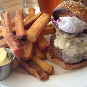 Allswell - Brooklyn, NY, États-Unis. Cheeseburger, tasty enough but not the least bit exceptional