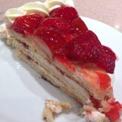 Tarta de fresas con nata en la cafetería