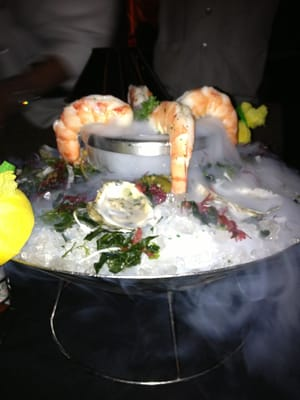 Mastro's Penthouse - Shrimp cocktail and oysters on the half shell app... Insanely fresh and delicious - Beverly Hills, CA, Vereinigte Staaten