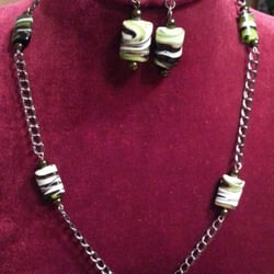 Affordable Home Furnishings Artists & Crafters Boutique - Camouflage necklace and earrings set embedded in a black link chain - Salinas, CA, Vereinigte Staaten