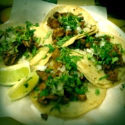 La Hacienda Market and Taqueria - Tacos. Clockwise from top left: Al Pastor, Chicharron, Chorizo & BBQ Pork - Winter Park, FL, Vereinigte Staaten