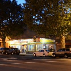 Los Cántaros Restaurant And Taquería - Oakland, CA, États-Unis. Los Cantaros in the evening.