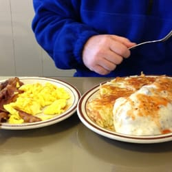 Gj's Family Restaurant - Half order of biscuits and gravy with eggs and bacon. - Eugene, OR, Vereinigte Staaten