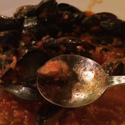 Shagwong Restaurant - Lame excuse for a mussel. Mind you that's a teaspoon. - Montauk, NY, Vereinigte Staaten