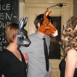 eine Party, hier: Maskenball. Mehr…