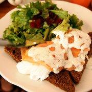 Penelope - New York, NY, États-Unis. salmon eggs benedict over rye bread