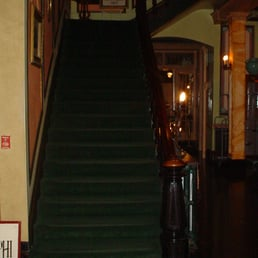 Adelphi Hotel - Saratoga Springs, NY, États-Unis. This staircase has huge balusters, and it's luring guests from the elevator.